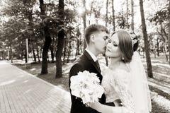 Le portrait d'un couple de nouveaux mariés sur un mariage marchent Concept d'un jeune couple heureux Photos libres de droits