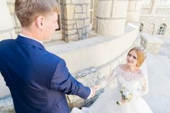 Le portrait d'un couple de nouveaux mariés sur un mariage marchent Concept d'un jeune couple heureux Images stock