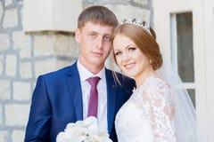 Le portrait d'un couple de nouveaux mariés sur un mariage marchent Concept d'un jeune couple heureux Photos stock
