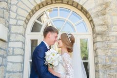 Le portrait d'un couple de nouveaux mariés sur un mariage marchent Concept d'un jeune couple heureux Image libre de droits