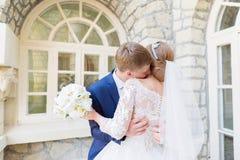 Le portrait d'un couple de nouveaux mariés sur un mariage marchent Concept d'un jeune couple heureux Photographie stock