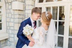 Le portrait d'un couple de nouveaux mariés sur un mariage marchent Concept d'un jeune couple heureux Images libres de droits
