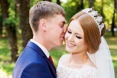 Le portrait d'un couple de nouveaux mariés sur un mariage marchent Concept d'un jeune couple heureux Photographie stock libre de droits