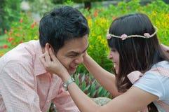 Le portrait d'un couple heureux jouent ensemble Images stock