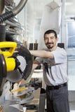 Le portrait d'un employé hispanique employant la circulaire a vu image libre de droits