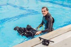 Le portrait d'un instructeur heureux de plongée, préparent pour enseigner la plongée dedans Photographie stock