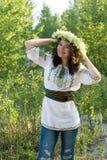 Le portrait d'un jeune beau dans l'Ukrainien traditionnel a brodé la chemise et une guirlande des lis de la vallée photographie stock libre de droits