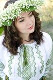 Le portrait d'un jeune beau dans l'Ukrainien traditionnel a brodé la chemise et une guirlande des lis de la vallée photo libre de droits