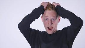 Le portrait d'un jeune bel homme de la chaleur rouge a étonné l'expression de visage banque de vidéos