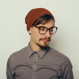 Le portrait d'un jeune homme intéressant en hiver vêtx Photographie stock libre de droits