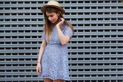 Le portrait d'une belle femme gracieuse dans le chapeau élégant et la dentelle bleue s'habillent Beauté, concept de mode photographie stock