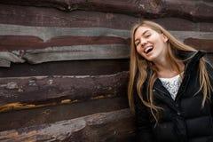Le portrait d'une belle fille au sujet de quelque chose rêve Sur le fond en bois photos stock