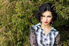 Le portrait d'une belle fille sexy avec la brune rouge de lèvres avec des boucles marche en parc Images libres de droits