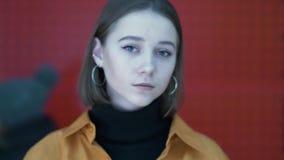 Le portrait d'une belle jeune femme dans les lampes au néon de la ville étirent des effets de foyer se serrent se déplace banque de vidéos