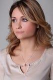 Le portrait d'une belle jeune femme examine la distance Photographie stock libre de droits