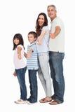 Le portrait d'une famille mignonne dans le fichier unique faisant des pouces à est apparu photos libres de droits