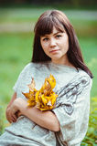 Le portrait d'une femme avec le jaune part dans un parc d'automne photos stock