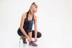 Le portrait d'une femme de sports attache des dentelles Photographie stock