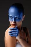 Le portrait d'une femme qui pose a couvert de photos stock