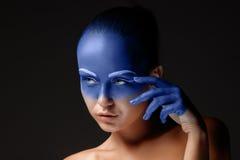 Le portrait d'une femme qui pose a couvert de image libre de droits