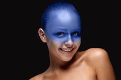Le portrait d'une femme qui pose a couvert de image stock
