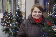 Le portrait d'une femme supérieure au-dessus de l'hiver vif s'allume Foyer sur le visage de la femme Photographie stock