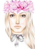 Le portrait d'une fille blonde avec les magnolias roses tressent sur sa tête et cintrent sur son cou Images libres de droits