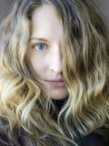 Le portrait d'une fille blondy Images stock