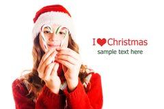 Le portrait d'une fille dans Noël vêtx avec un cadeau à disposition sur le fond blanc d'isolement image stock