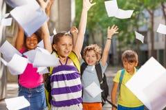 Le portrait d'une fille et ses amis d'école soutiennent dessus Photographie stock libre de droits