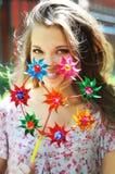 Le portrait d'une fille heureuse se tient près du mur de briques avec coloré Photo libre de droits