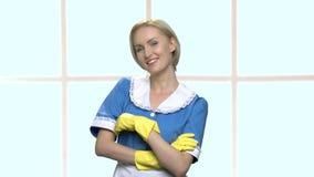 Le portrait d'une jeune domestique de maison gaie avec des bras a croisé clips vidéos