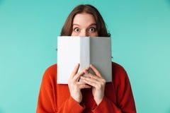Le portrait d'une jeune femme étonnée s'est habillé dans le chandail Photographie stock libre de droits