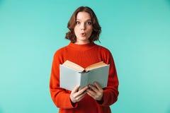 Le portrait d'une jeune femme étonnée s'est habillé dans le chandail Photo libre de droits