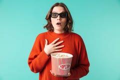 Le portrait d'une jeune femme choquée s'est habillé en verres 3d Images stock