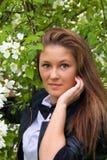 Le portrait d'une jeune femme sous un arbre de floraison photographie stock