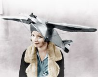 Le portrait d'une jeune femme utilisant un avion a formé le chapeau (toutes les personnes représentées ne sont pas plus long viva Image libre de droits