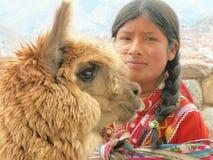 Le portrait d'une jeune fille s'est habillé dans l'habillement traditionnel photographie stock