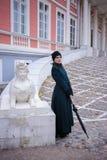 Le portrait d'une jolie femme en automne de vintage vêtx Photographie stock