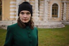 Le portrait d'une jolie femme en automne de vintage vêtx Photographie stock libre de droits