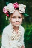 Le portrait d'une petite fille avec la guirlande de la pivoine fleurit Images libres de droits