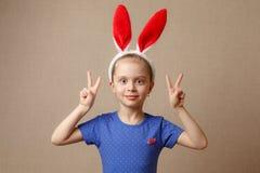 Le portrait d'une petite fille mignonne s'est habillé dans des oreilles de lapin de Pâques images libres de droits