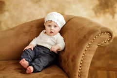 Le portrait d'une petite fille a observé la petite fille dans un sitt blanc de béret Photo stock