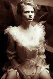 Le portrait dans le rétro style d'une reine aiment la jeune femme images stock