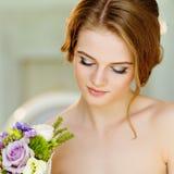 Le portrait de beau modeste lancent et fille très mignonne avec h brun photographie stock
