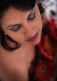Le portrait de beaux-arts du bel oeil a tiré la femme avec des fleurs Image stock