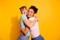 Le portrait de charmer de jolies dames mignonnes caressent le petit pain positif doux tendre les yeux qu'étroits portent le style photographie stock libre de droits