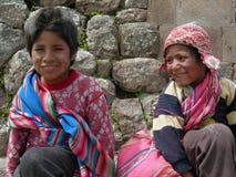 Le portrait de deux enfants s'est habillé dans l'habillement traditionnel images stock