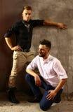 Le portrait de deux hommes avec la robe de style et les cheveux s'habillent Photo libre de droits