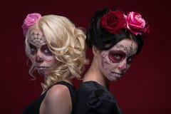 Le portrait de deux jeunes filles dans le noir s'habille avec photographie stock
